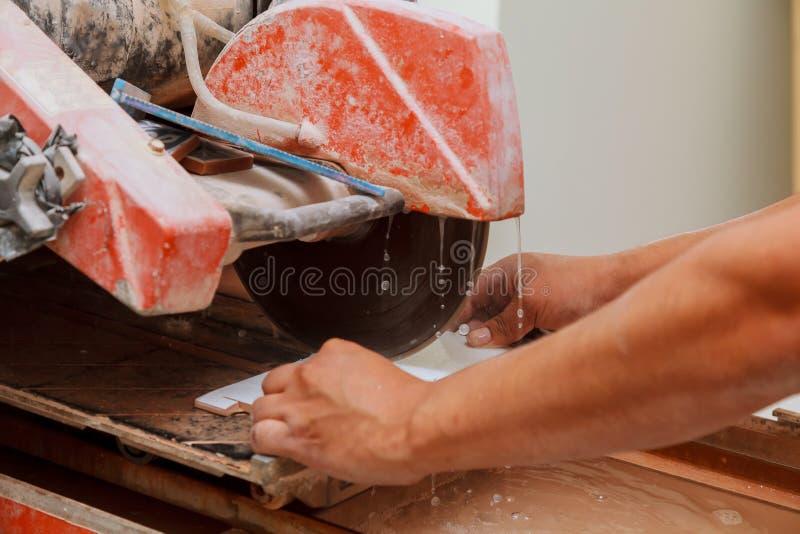 плитки отрезка мастера на машине стоковые фотографии rf