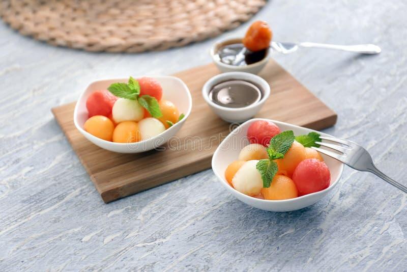 Плиты с вкусным десертом дыни на деревянном столе стоковое изображение rf