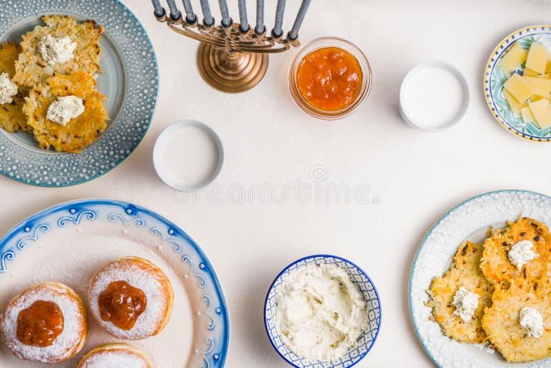 Плиты с latkes, donuts, сыром творога для праздничного пиршества стоковое фото rf