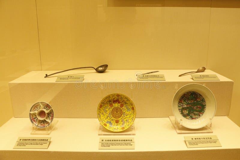 Плиты фарфора и ложки утюга в музее дворца Шэньяна, Китае стоковая фотография