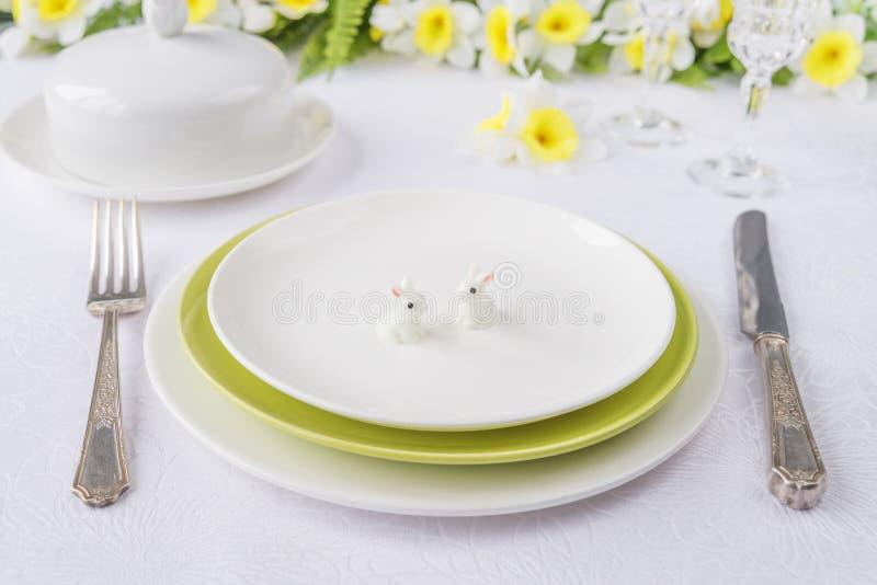 Плиты фарфора, silverware и цветки весны стоковые фотографии rf