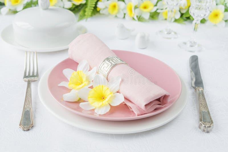 Плиты фарфора, silverware и цветки весны стоковые изображения rf