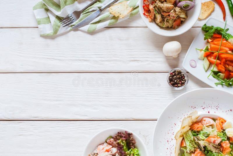 Плиты шведского стола ресторана взгляда столешницы еды белые стоковое фото