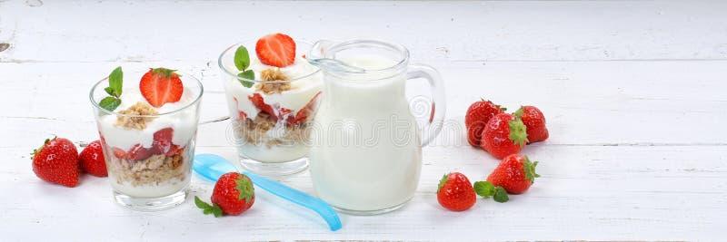 Плодоовощи клубник югурта югурта клубники придают форму чашки ложка b muesli стоковая фотография rf