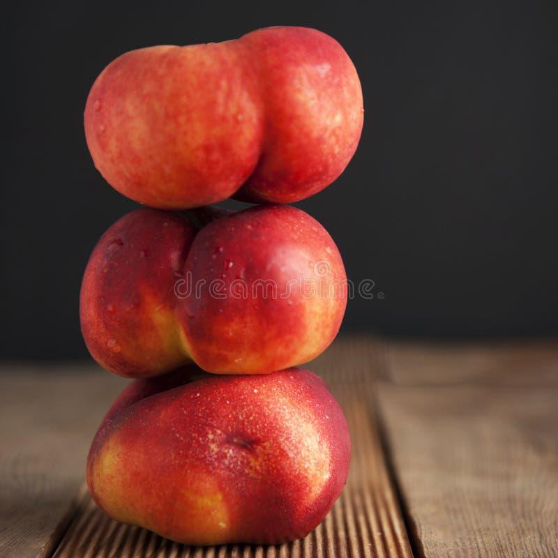 Плодоовощи персиков и нектаринов Концепция для здорового питания Предпосылка и деревянный стол темной черноты изолировано Квадрат стоковая фотография