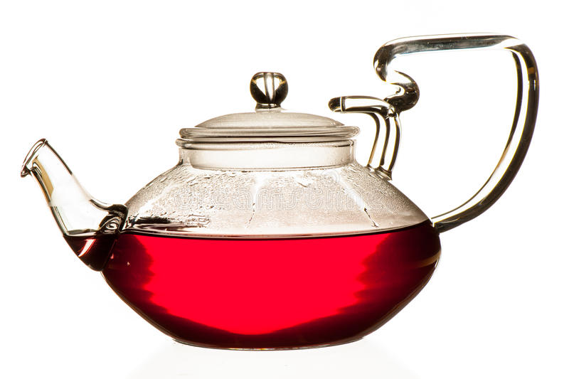 Плодоовощи чая пущи в стеклянном чайнике изолированном над белым bac стоковые фотографии rf