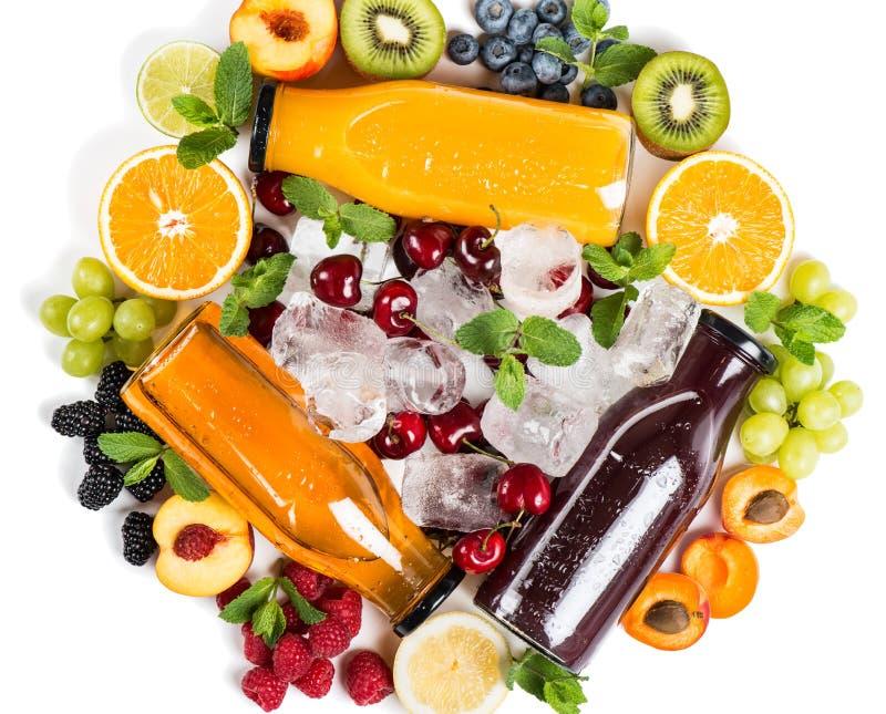 Плодоовощи, ягоды и очень вкусный массив соков свежих фруктов стоковые изображения rf