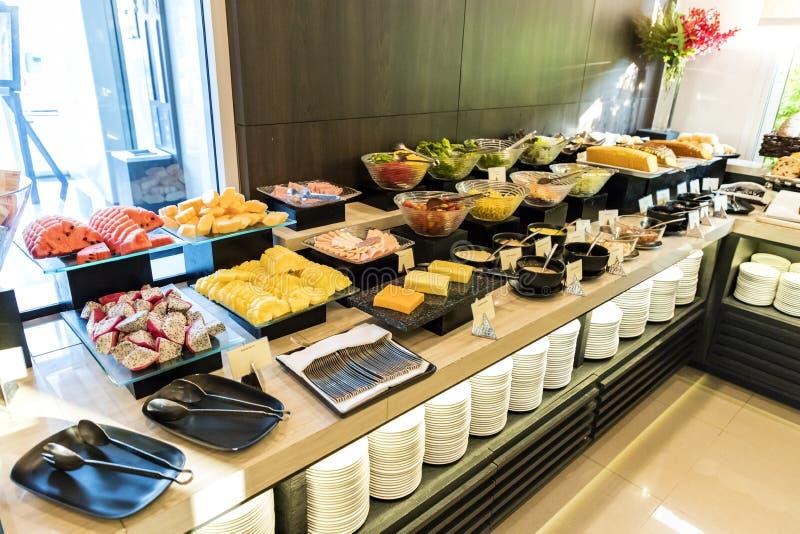 Плодоовощ и салат-бар в шведском столе гостиницы выравниваются стоковое изображение rf