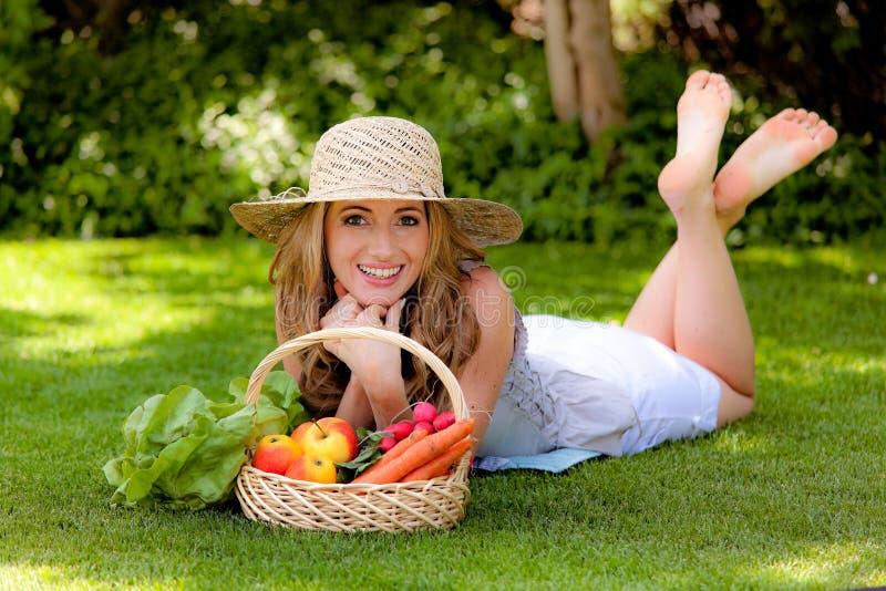 плодоовощ корзины его супруга овощей стоковые изображения rf