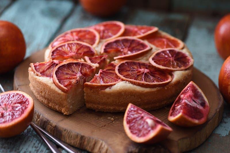 плодоовощ торта домодельный Куски апельсина крови на торте служили на дубе b стоковое фото rf