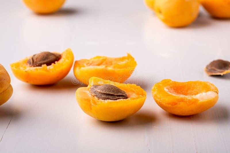 Плоды абрикоса отрезали собрание взгляда угла предпосылки концепции рамки космоса экземпляра белое установленное стоковое фото rf