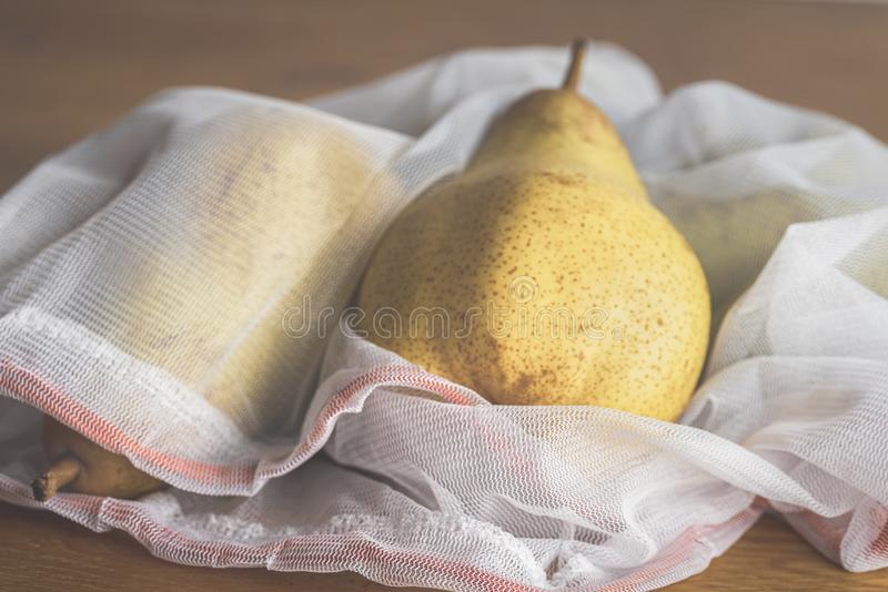 Плоды в многоразовой хозяйственной сумке сетки дружественные к Эко сумки стоковое фото