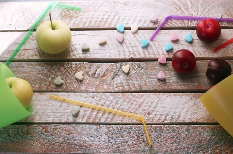 Плоды в стеклах коктейля с tubules и витамин-сердцах на деревянном столе, концепции любов для здоровой еды стоковая фотография