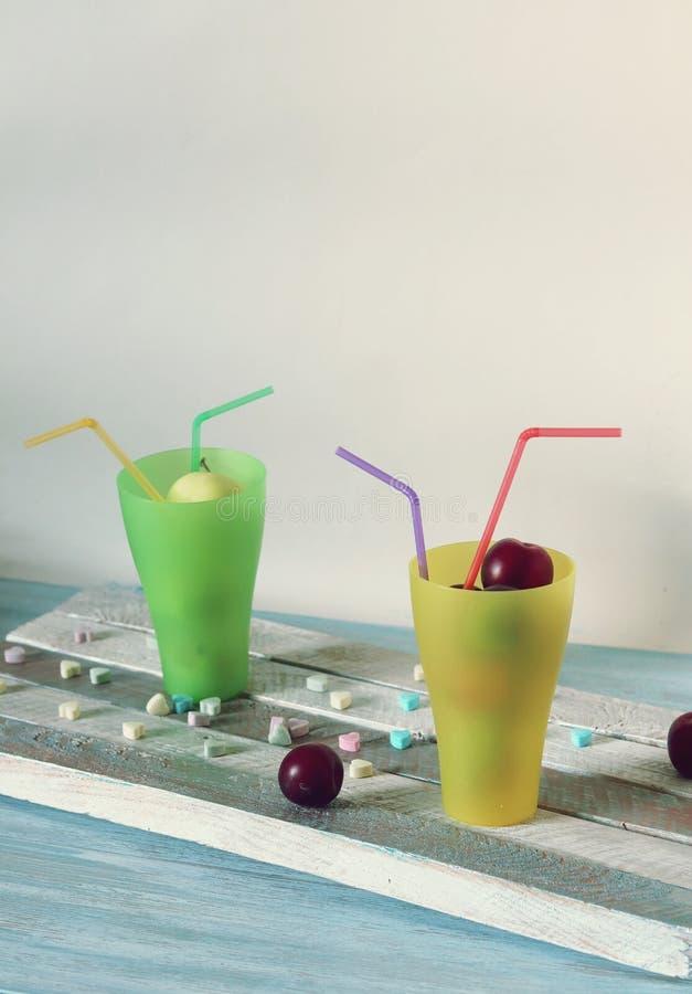 Плоды в стеклах коктейля с tubules и витамин-сердцах на деревянном столе, концепции любов для здоровой еды стоковое фото