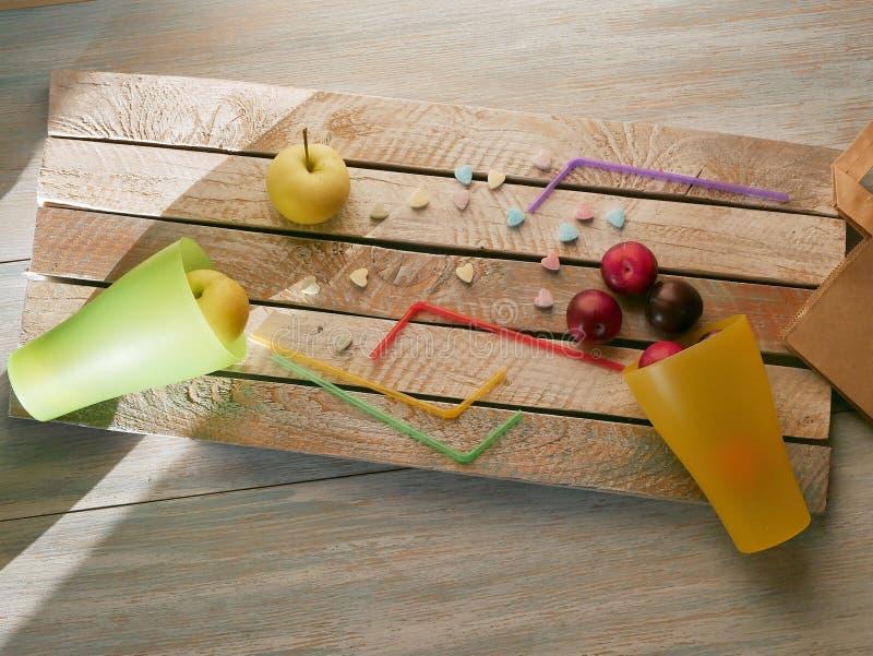 Плоды в стеклах коктейля с tubules и витамин-сердцах на деревянном столе, концепции любов для здоровой еды стоковые фото