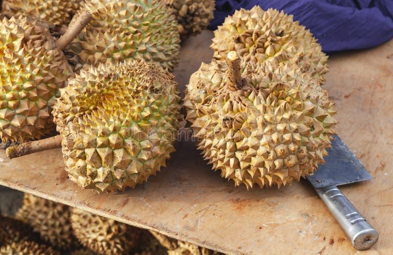 Плоды дуриана и нож кладут на счетчик стоковое фото rf