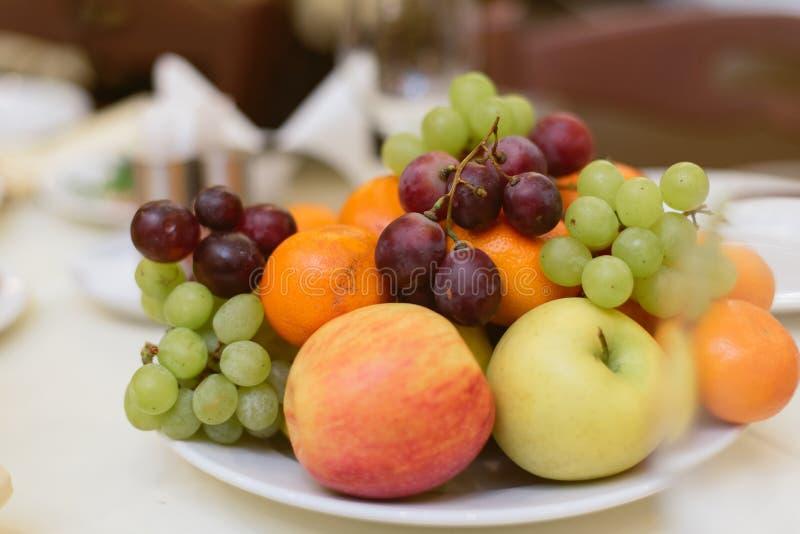 Плоды и ягоды на празднике стоковое фото