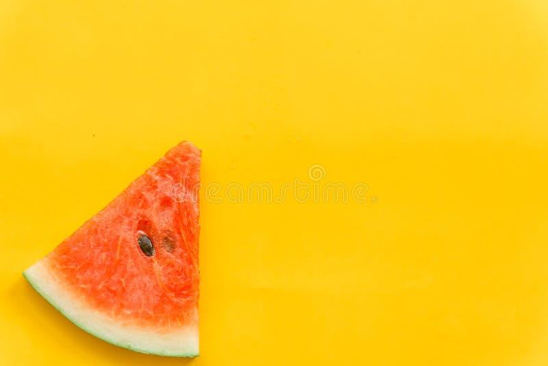 Плоды лета со свежим арбузом на желтой предпосылке цвета стоковые фото