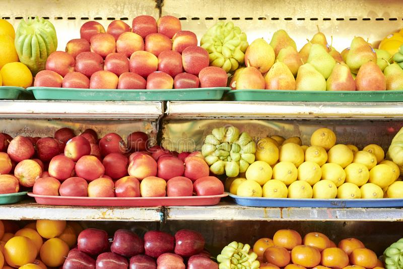 Плоды на полках в супермаркете стоковые изображения rf