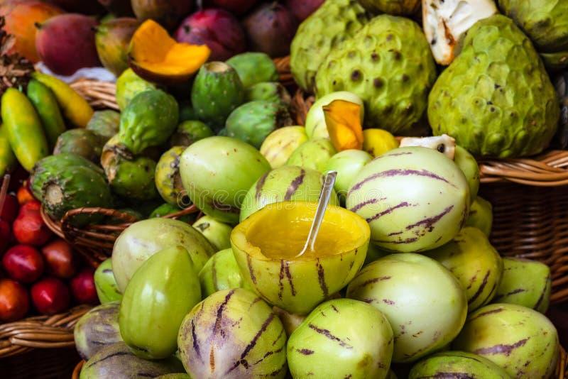 Плоды на рынке в Фуншале на острове Мадейре, Португалии стоковые изображения