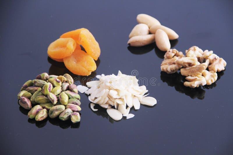 Плод изолированный обзором белый предпосылки гайки грецкого ореха миндалины фисташки Дамаска сухой Сан-Паулу Бразилия стоковое изображение rf