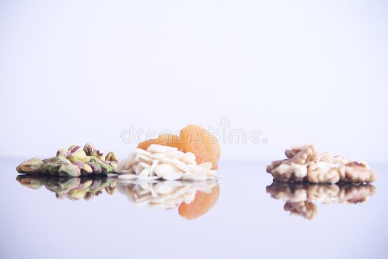 Плод изолированный обзором белый предпосылки грецкого ореха миндалины фисташки Дамаска сухой Сан-Паулу Бразилия стоковые фото