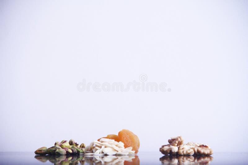 Плод изолированный обзором белый предпосылки грецкого ореха миндалины фисташки Дамаска сухой Сан-Паулу Бразилия стоковые изображения
