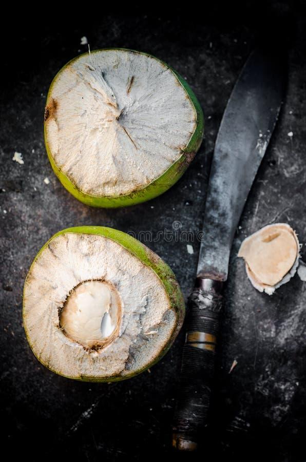 Плод кокоса с ножом стоковое изображение
