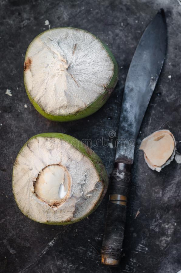 Плод кокоса с ножом стоковые изображения rf