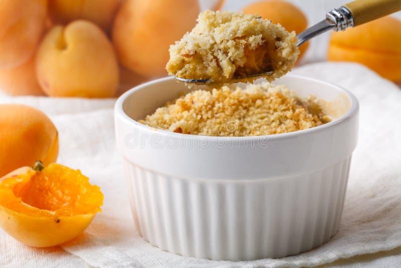 Плод крошит пирог на здоровый завтрак стоковые изображения rf
