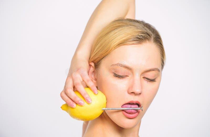 Плод лимона свежего сока напитка девушки весь Здоровый образ жизни и органическое питание Питательное заполнение напитка с энерги стоковые фотографии rf