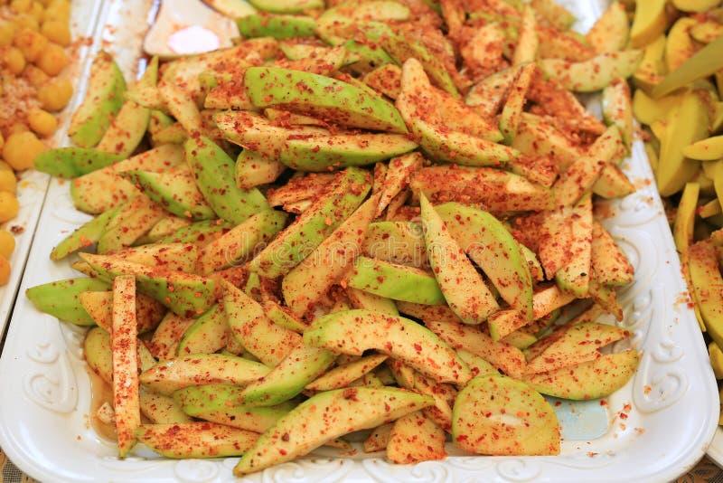 Плод манго заповедника пряный, брызгает с сахаром, порошком chili и солью стоковые изображения