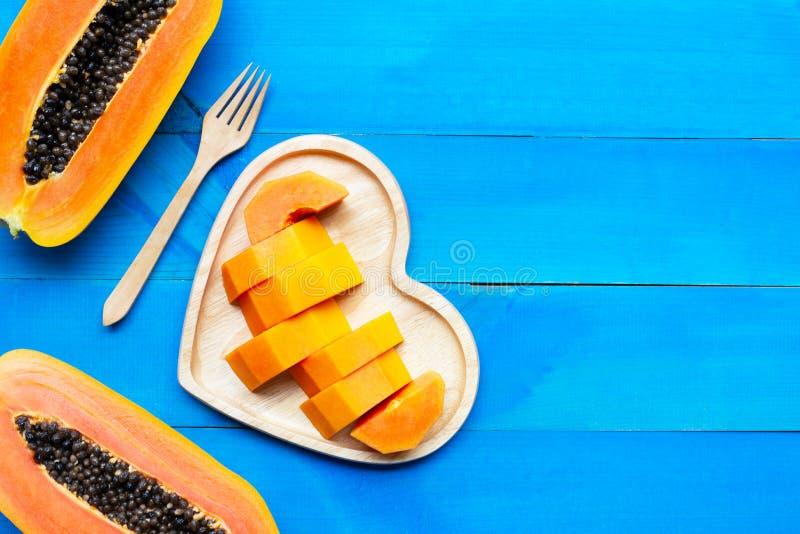 Плод папапайи на голубое деревянном стоковое изображение