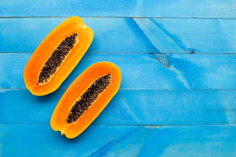 Плод папапайи на голубой деревянной предпосылке стоковые изображения rf