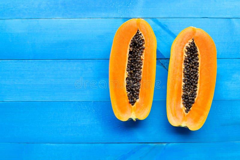 Плод папапайи на голубой деревянной предпосылке стоковое изображение