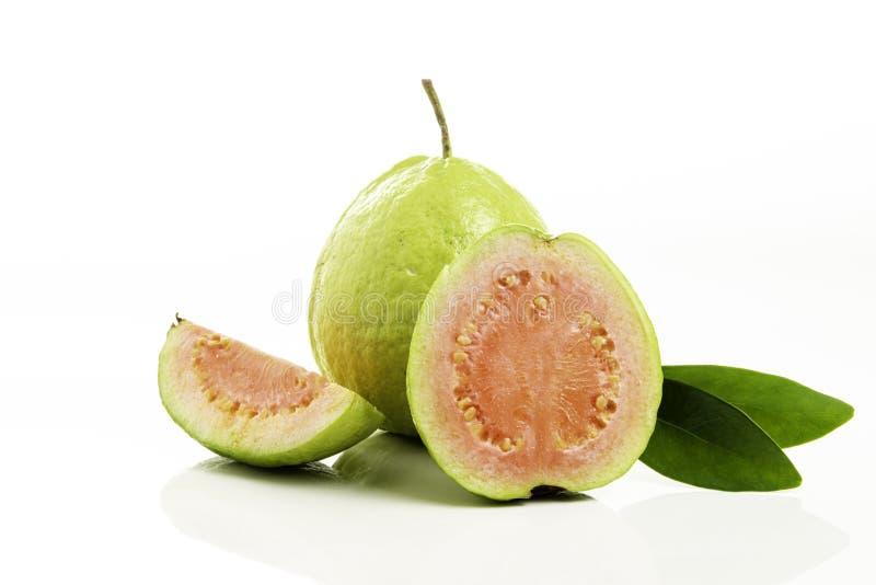 Плод Guava с листьями изолированными на белой предпосылке стоковое фото