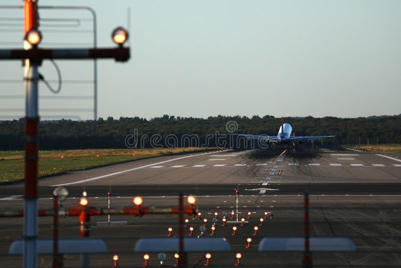 Плоская посадка на аэропорте Дюссельдорф, Германии стоковые изображения rf