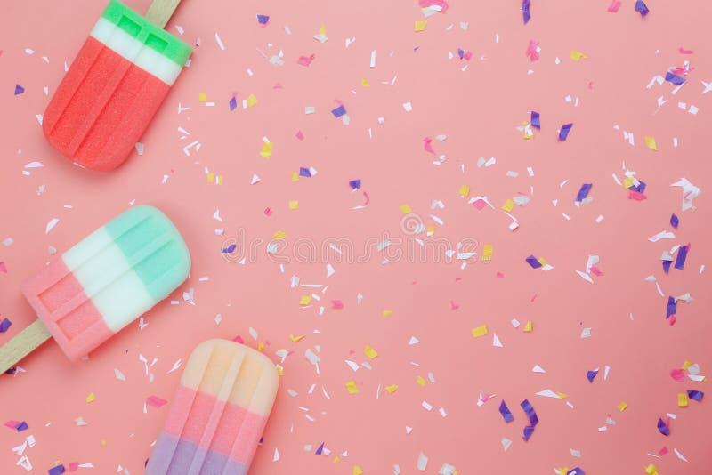 Плоская ручка шипучки мороженого положения на современных деревенских розовых бумажных обоях стоковые изображения