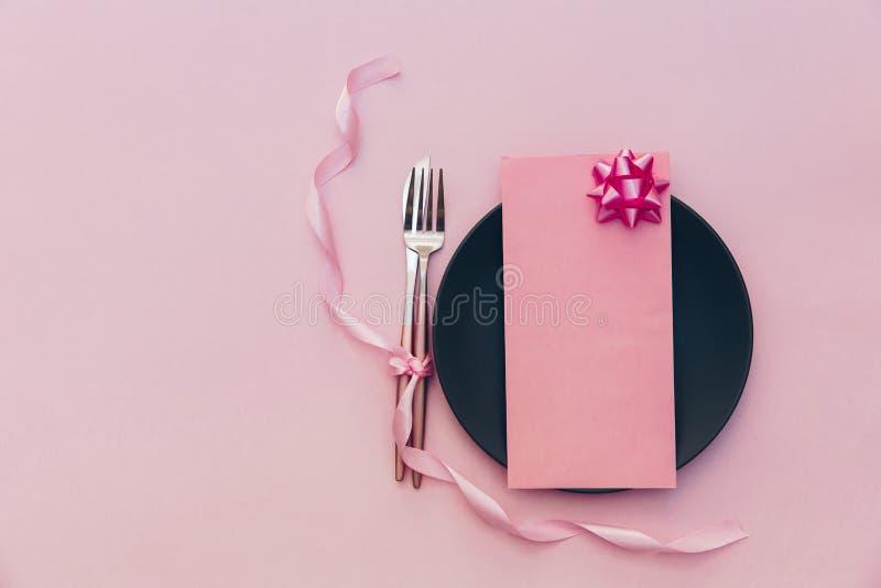 Плоская сервировка стола положения Праздничный dinning Предпосылка с карточкой Взгляд сверху стоковая фотография rf