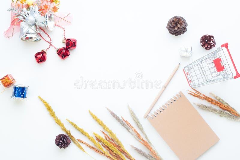 Плоские детали рождества и зимы положения с магазинной тележкаой на белой предпосылке, онлайн покупках стоковое фото