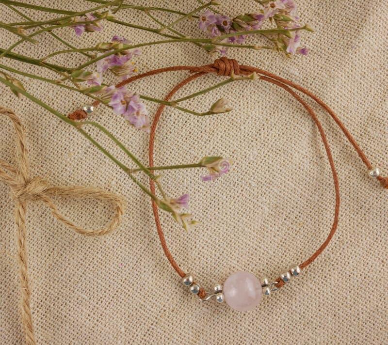 Плоский браслет розового кварца положения стоковое фото rf