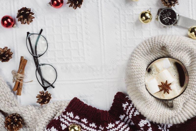 Плоский взгляд положения рему и тартан текстурировали красный свитер на белой предпосылке с чашкой кофе, стеклами и шляпой стоковые изображения rf