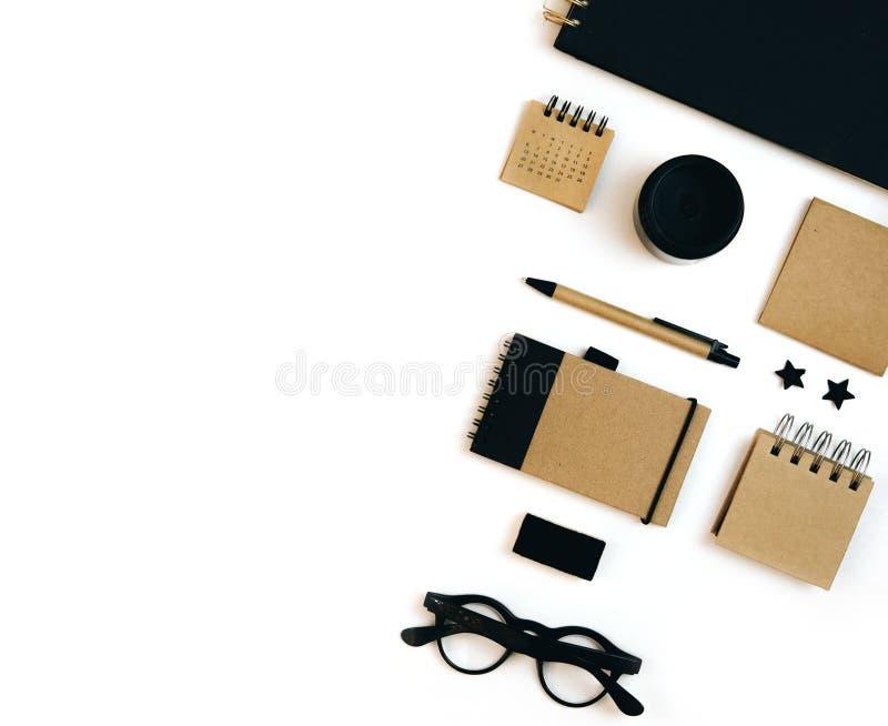 Плоский деталь модель-макета положения установил на белый стол Тетради ремесла стоковое изображение
