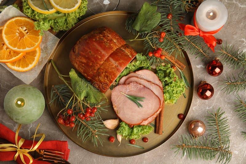 Плоский компоновка с вкусной ветчиной на столе Рождественский ужин стоковое изображение rf