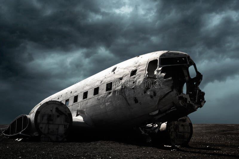 Плоский крах в Исландии под темными небесами стоковые изображения rf
