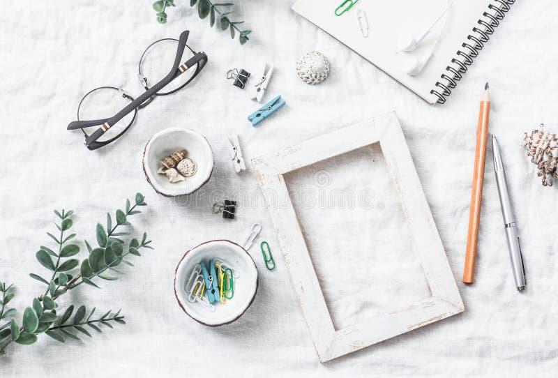 Плоский натюрморт положения домодельной таблицы работы с аксессуарами - деревянной рамки ремесел фото, цветков, seashells, бумажн стоковые изображения rf