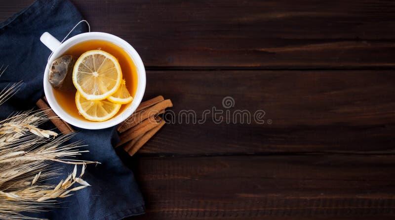 Плоский положенный взгляд травяного чая с лимоном стоковое изображение
