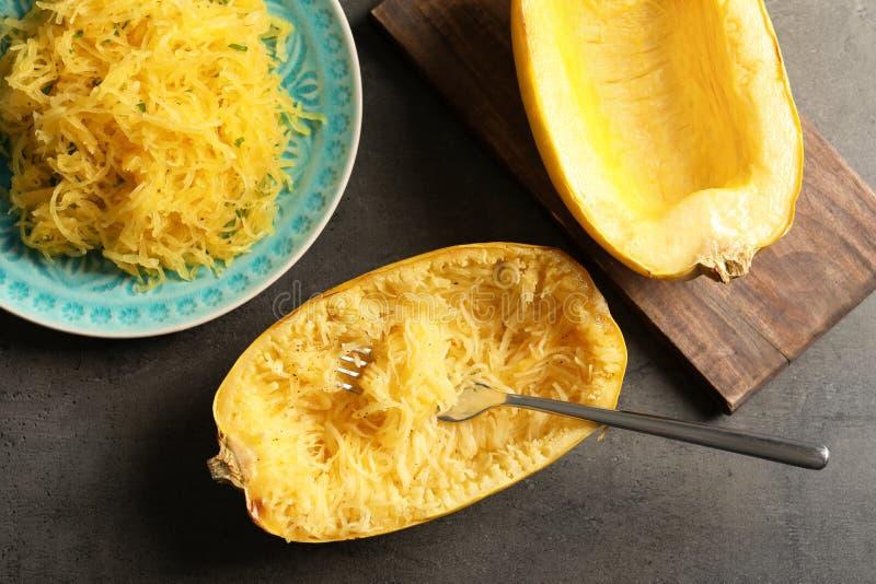 Плоский положенный состав со сваренными сквошом и вилкой спагетти стоковая фотография