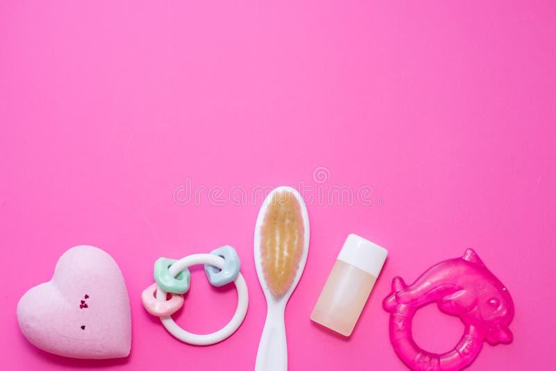 Плоский положенный состав с аксессуарами младенца и космос для текста на розовой предпосылке Концепция курорта стоковые фотографии rf