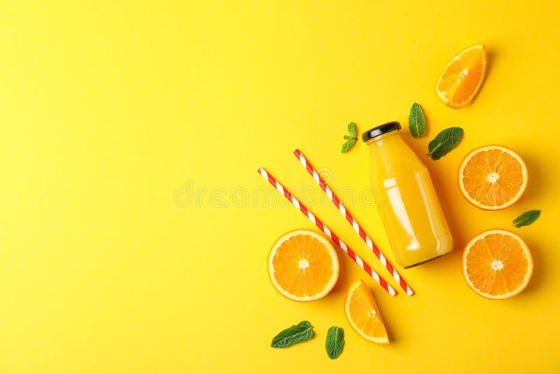 Плоский положенный состав с апельсинами, tubules и апельсиновым соком в бутылке, космосе для текста стоковые фотографии rf